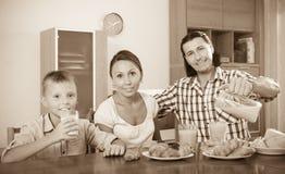 Pareja con el hijo que desayuna con los cruasanes Fotos de archivo libres de regalías