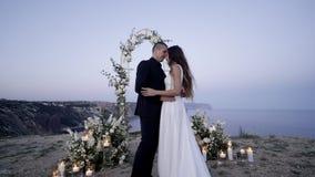 Pareja de matrimonios en arco en el tiempo crepuscular almacen de video
