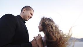 Pareja de matrimonios en el viento almacen de metraje de vídeo