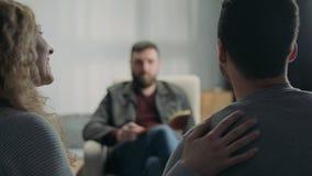 Pareja de matrimonios feliz en la recepción en el psicoterapeuta