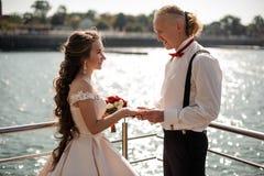 Pareja de matrimonios joven y feliz que intercambia los anillos de bodas fotos de archivo libres de regalías