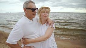 Pareja de matrimonios mayor el fin de semana de la playa junto metrajes