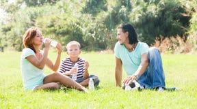 Pareja feliz con el niño al aire libre Fotografía de archivo libre de regalías