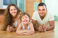 Pareja feliz con el niño en casa Imagen de archivo