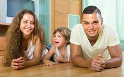 Pareja feliz con el niño en casa Foto de archivo libre de regalías