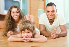 Pareja feliz con el niño en casa Fotos de archivo libres de regalías