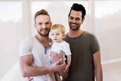 Pareja gay sonriente con el niño imagen de archivo libre de regalías