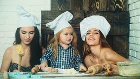Pareja lesbiana que cocina con su niño adoptado Hermanas que cocinan con su hermano menor metrajes