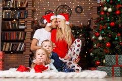 Pareja, niños en el ` s del Año Nuevo Foto de archivo libre de regalías