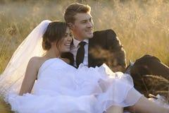 Pareja nuevamente casada en el ambiente al aire libre natural foto de archivo