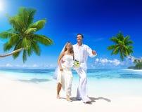 Pareja que consigue casada en la playa Imágenes de archivo libres de regalías