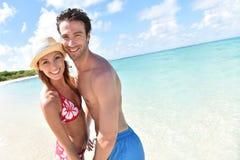 Pareja recientemente casada en luna de miel en las zonas tropicales Imagen de archivo libre de regalías