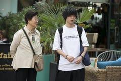 Pareja turística de la madre y del hijo adolescente en el mercado de Spitalfilds Imágenes de archivo libres de regalías