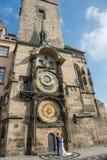 Parejas casadas que presentan para el rito de las imágenes - Praga - Checo Republ Fotografía de archivo libre de regalías