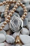 Parel, diamantjewelery op stenen stock fotografie