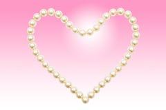 Parelhalsband in een gevormd die hart wordt geschikt Stock Fotografie
