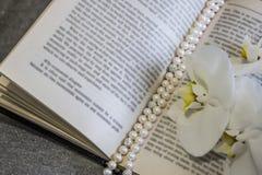 Parelparels, orchideebloemen, boek stock afbeeldingen
