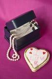 Parels als gift voor een Valentijnskaart Royalty-vrije Stock Afbeeldingen