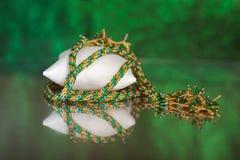Parels, beadworks op gekleurd, toebehoren Stock Foto's