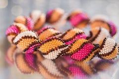 Parels, beadworks op gekleurd, toebehoren Royalty-vrije Stock Foto's