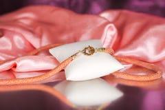 Parels, beadworks op gekleurd, toebehoren Royalty-vrije Stock Afbeeldingen