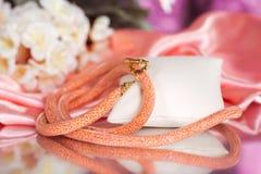 Parels, beadworks op gekleurd, toebehoren Stock Afbeeldingen