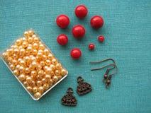 Parels en andere stukken voor het maken van oorringen, met de hand gemaakte juwelen Royalty-vrije Stock Foto's