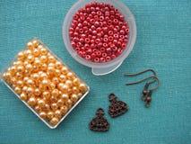 Parels en andere stukken voor het maken van oorringen, met de hand gemaakte juwelen Stock Afbeeldingen