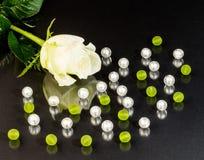 Parels en bloemachtergrond Stock Foto
