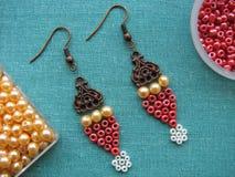 Parels en meubilair voor het maken van oorringen, met de hand gemaakte juwelen Stock Foto's