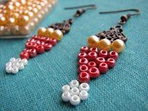 Parels en meubilair voor het maken van oorringen, met de hand gemaakte juwelen Royalty-vrije Stock Afbeeldingen
