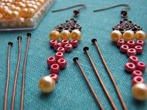 Parels en meubilair voor het maken van oorringen, met de hand gemaakte juwelen Royalty-vrije Stock Foto