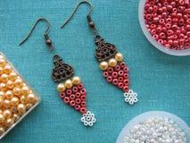 Parels en meubilair voor het maken van oorringen, met de hand gemaakte juwelen Royalty-vrije Stock Foto's