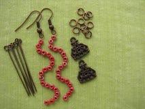 Parels en meubilair voor het maken van oorringen, met de hand gemaakte juwelen Royalty-vrije Stock Afbeelding