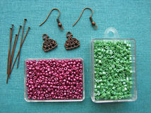 Parels en stukken voor het maken van oorringen, met de hand gemaakte juwelen Stock Fotografie