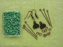 Parels en stukken voor het maken van oorringen, met de hand gemaakte juwelen Royalty-vrije Stock Foto's