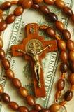Parels met kruis op dollars Royalty-vrije Stock Foto