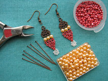 Parels, meubilair en hulpmiddelen om oorringen, met de hand gemaakte juwelen, macrowijze te maken Stock Afbeeldingen