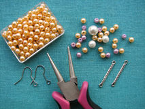 Parels, meubilair en hulpmiddelen om oorringen, met de hand gemaakte juwelen te maken Royalty-vrije Stock Fotografie