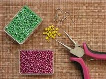 Parels, meubilair en hulpmiddelen om oorringen, met de hand gemaakte juwelen te maken Royalty-vrije Stock Foto