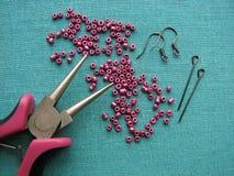 Parels, meubilair en hulpmiddelen om oorringen, met de hand gemaakte juwelen te maken Stock Foto