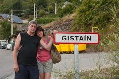 Paren aan de opstelling van ingang Gistaín, Spanje Stock Afbeelding