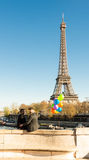 Paren av män med ballonger och Eiffeltorn i backgrouen Royaltyfri Bild