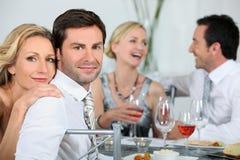 Paren bij een dinerpartij stock afbeeldingen