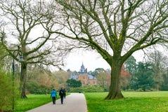 Paren die in een park op een bewolkte de lentedag lopen royalty-vrije stock afbeeldingen