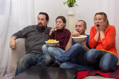 Paren die op een verschrikkingsfilm letten Stock Afbeelding