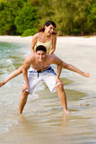 Paren die pret hebben door het strand Royalty-vrije Stock Afbeelding