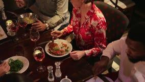 Paren die van Voedsel samen genieten stock footage