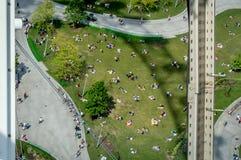 Paren en families die van een mooi zonnig weekend genieten onder het Iconische oog van Londen stock afbeelding