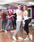 Paren het genieten van van partner danst Royalty-vrije Stock Afbeeldingen